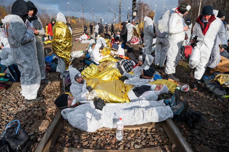 In Schutzdecken gehüllt blockierten Aktivisten die Bahngleise, die zum Kraftwerk Jänschwalde führen.