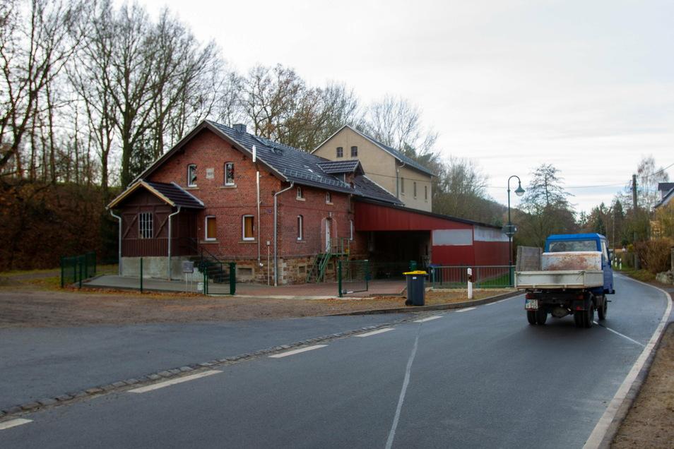 Das alte Bahnhofgebäude aus dem 19. Jahrhundert in Helbigsdorf bei Wilsdruff ist ein Industriedenkmal, das auch mithilfe von Fördermitteln erhalten werden soll.