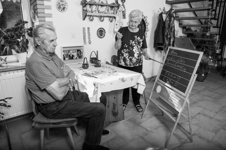 Monika und Siegbert Elsner bewiesen viel Humor bei der Motivwahl. Sie war viele Jahre Lehrerin an der Grundschule in Ponickau, er posiert als verstockter Schüler. In der Bilderserie aus Linz sind unglaublich einfühlsame und skurrile Porträts entstanden.