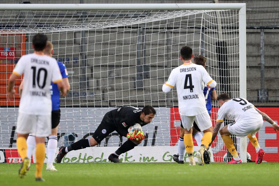 Die Chance für Dynamo-Stürmer Patrick Schmidt, aber Bielefelds Torwart Stefan Ortega (M.) hält den Ball sicher. vor Dresdens Patrick Schmidt (r).