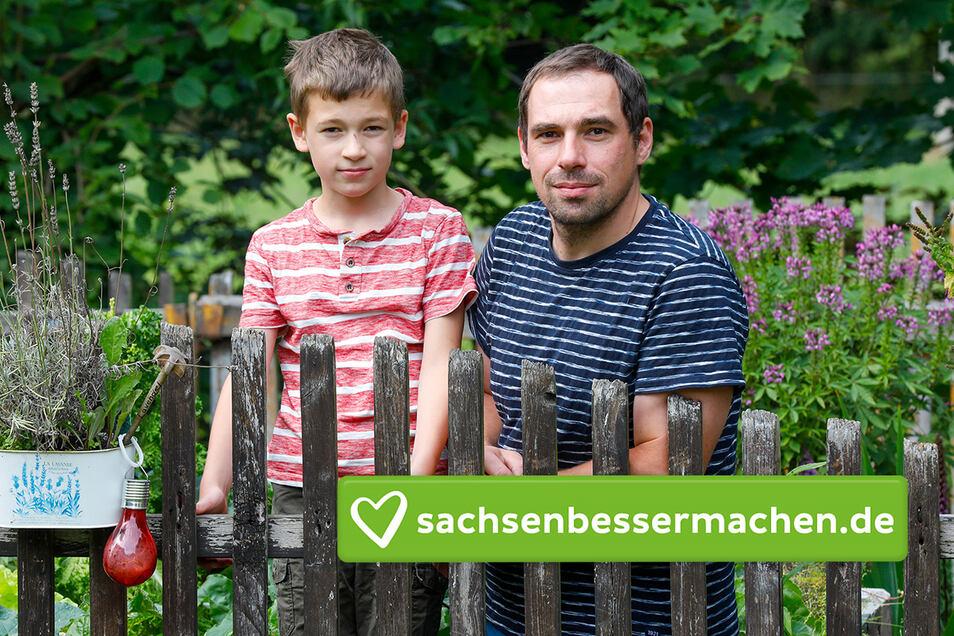 Corona Fälle im Hort Niedercunnersdorf. Michael Zimmer und Sohn Ben im Garten. Honorarfrei für Produkte von sächsische.de und Sächsischer Zeitung.