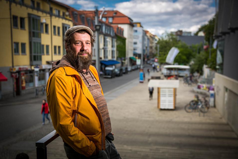 """Olaf Hornuf auf """"seinem"""" Scheunevorplatz"""