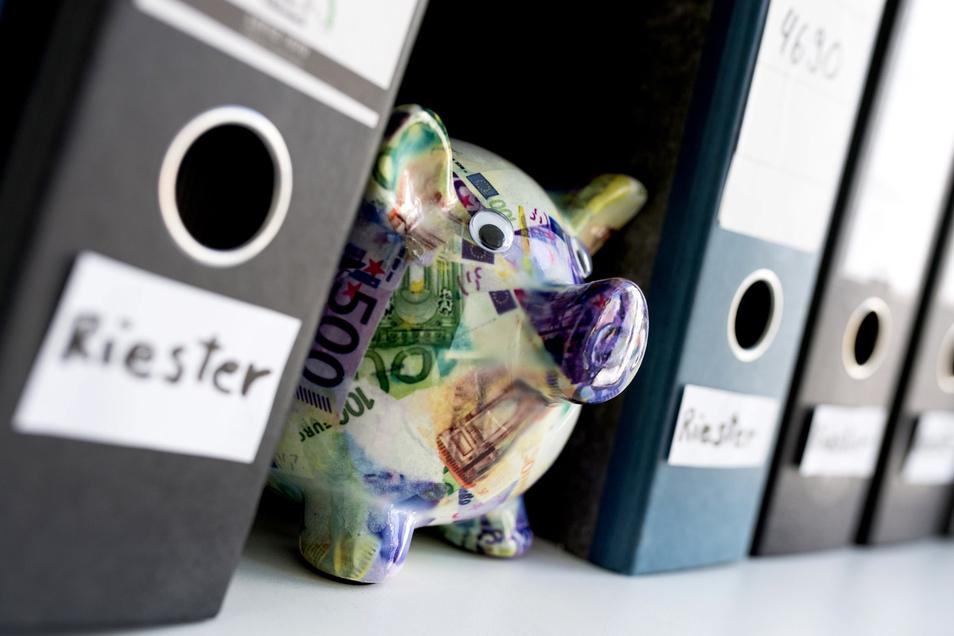 Riester-Sparer können Geld zurückfordern, wenn sie mehrfach Abschluss- und Vertriebsgebühren für ihren Vertrag zahlen mussten.