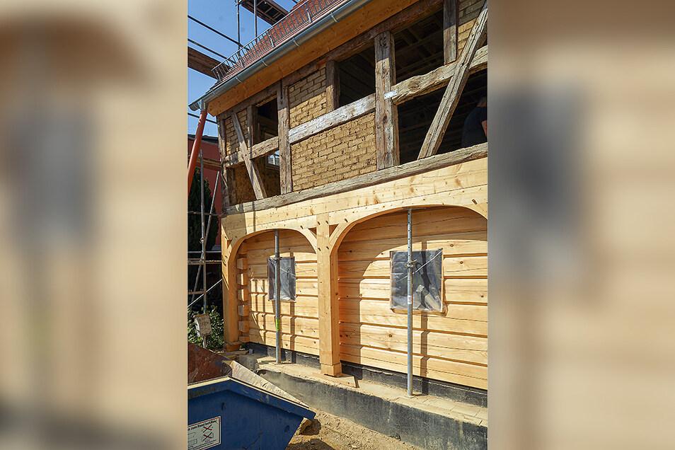 Mit der Sanierung des Hauses haben die Prausers ausschließlich Fachleute aus der Region beauftragt. Die Blockstube wurde in viel Handarbeit wieder hergestellt. Derzeit werden die Lehmziegel in das alte Fachwerk im Obergeschoss eingepasst.