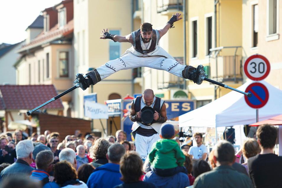 Akrobatische und halsbrecherische Sprünge zeigten Stelzenläufer auf dem Dorfanger Altkötzschenbroda beim Herbst- und Weinfest 2019.