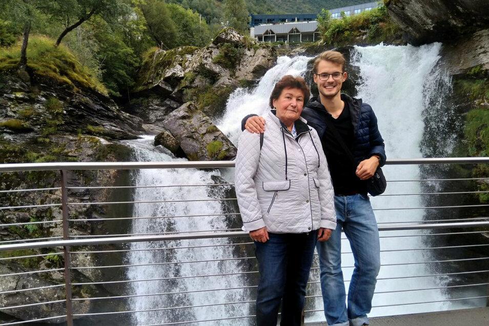 Manchmal kann man sogar Berufliches und Privates ideal verbinden: Paul Noack mit Oma Erna Dutschmann, die bei einer Nordland-Tour mit an Bord des Aida-Schiffes war, auf dem der Enkel seinen Dienst tat.