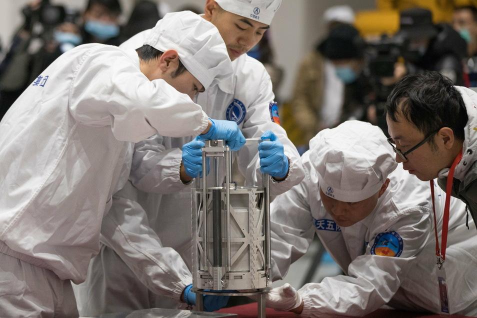 """Wissenschaftler bereiten sich nach der Rückkehr des Raumschiffes """"Chang'e 5"""" darauf vor, die Gesteinsproben vom Mond zu wiegen."""
