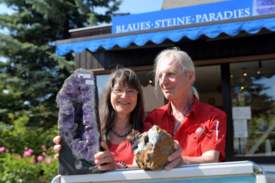Brigitte Ostheimer und Volkmar Ostheimer-Pietsch betreiben seit 15 Jahren den Steine-Laden in Jonsdorf. Es ist das fast einzige Geschäft im ganzen Kurort.