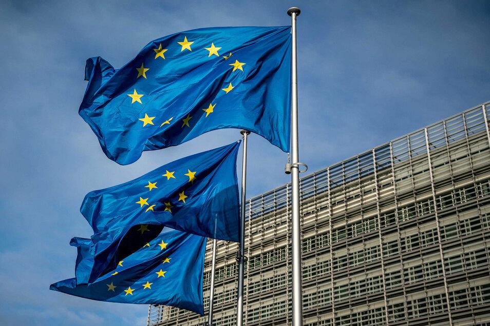 Europaflaggen wehen vor dem Sitz der Europäischen Kommission.