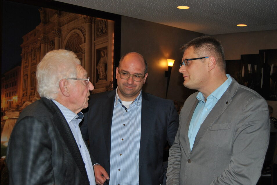 Der ehemalige und der aktuelle Bürgermeister von Oftersheim, Siegwald Kehder und Jens Geiß im Gespräch mit Weinböhlas Gemeindechef Siegfried Zenker (r.).