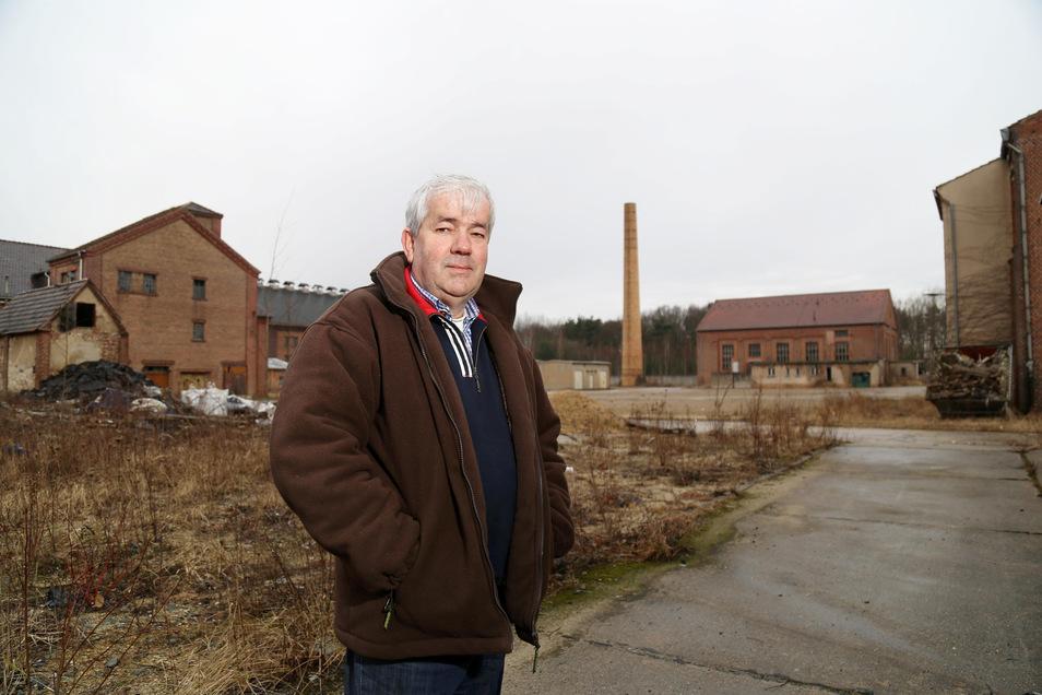 Ingolf Hoser steht im Februar 2017 auf dem Gelände der ehemaligen Kodersdorfer Ziegelei. Damals ahnte er noch nicht, das er um 600 Meter Gleis erleichtert werden würde.