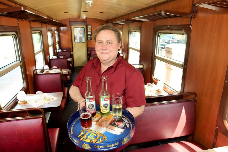 Die Naturpark-Fleischerei Wagner betreibt jetzt auch den Barwagen der Zittauer Schmalspurbahn. Mitarbeiterin Madeleine Hofmann serviert im Zug die Dampfbahn-Limo und auch Speisen der Fleischerei.