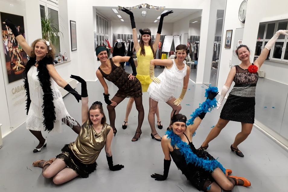 Die Tänzerinnen und Tänzer sind mit Begeisterung dabei.