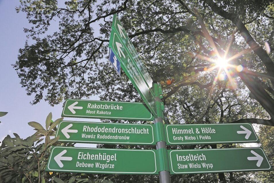 Im Kromlauer Park dienen Wegweiser den Besuchern zur Orientierung. Beim Halt der Pückler-Karawane werden Besucher auch hören, wo es zu den Erlebnissen entlang geht.