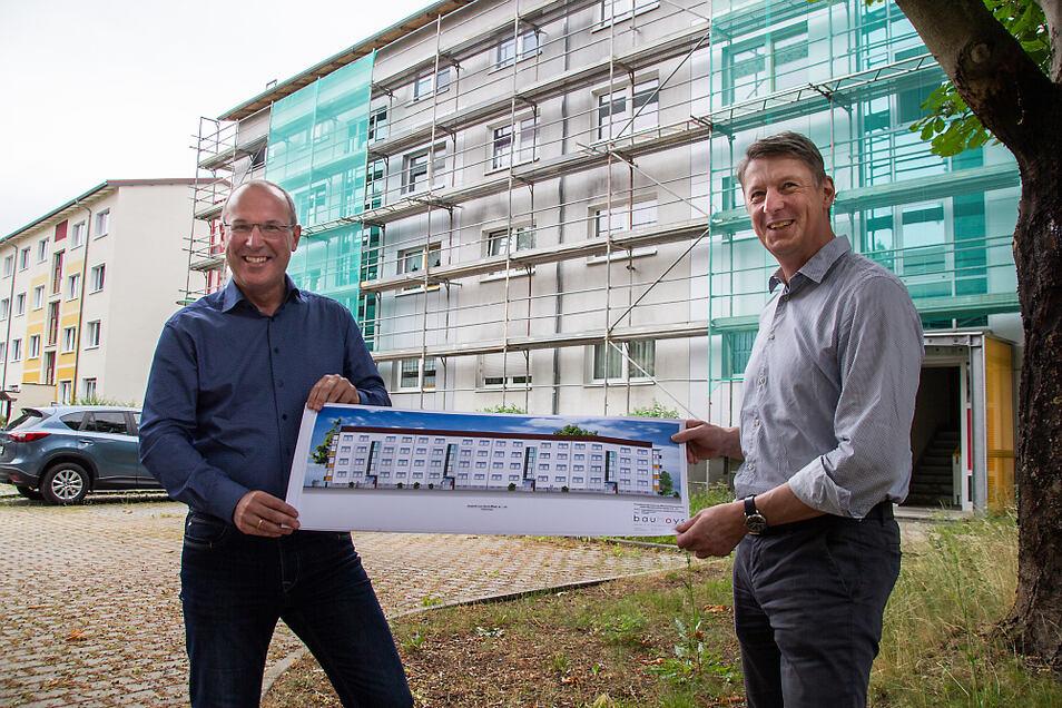 Mit einem erneuerten Farbanstrich wird der Viergeschosser Käthe-Niederkirchner-Straße 2-8 so hell erstrahlen. Steffen Markgraf (l.), der Geschäftsführer WGH und Bauplaner Thomas Gröbe zeigen den Plan.