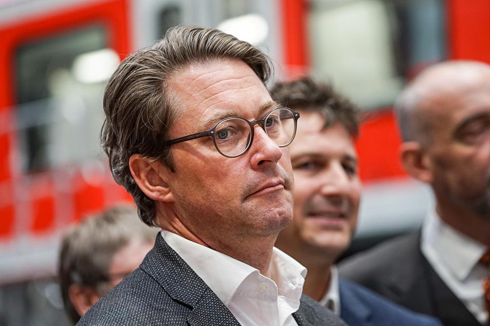 Bundesverkehrsminister Andreas Scheuer (CSU) musste sich bei einem Besuch im Bautzener Waggonbauwerk 2019 viele Forderungen nach Bahnstrom anhören. Jetzt soll sich etwas tun.