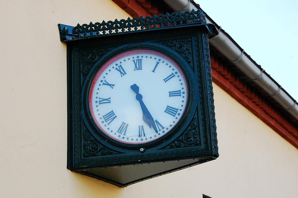 Wie früher: Dieser Originalstück einer Bahnhofsuhr ziert das Vereinsheim in Großkagen.