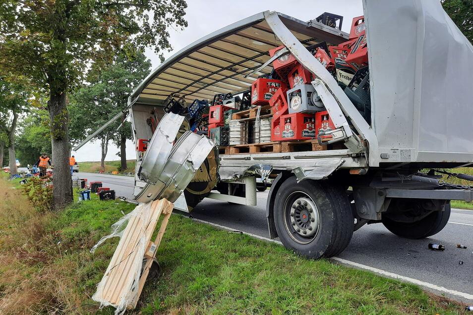 Nach einem Unfall verlor ein Lkw auf der B 6 seine Ladung.
