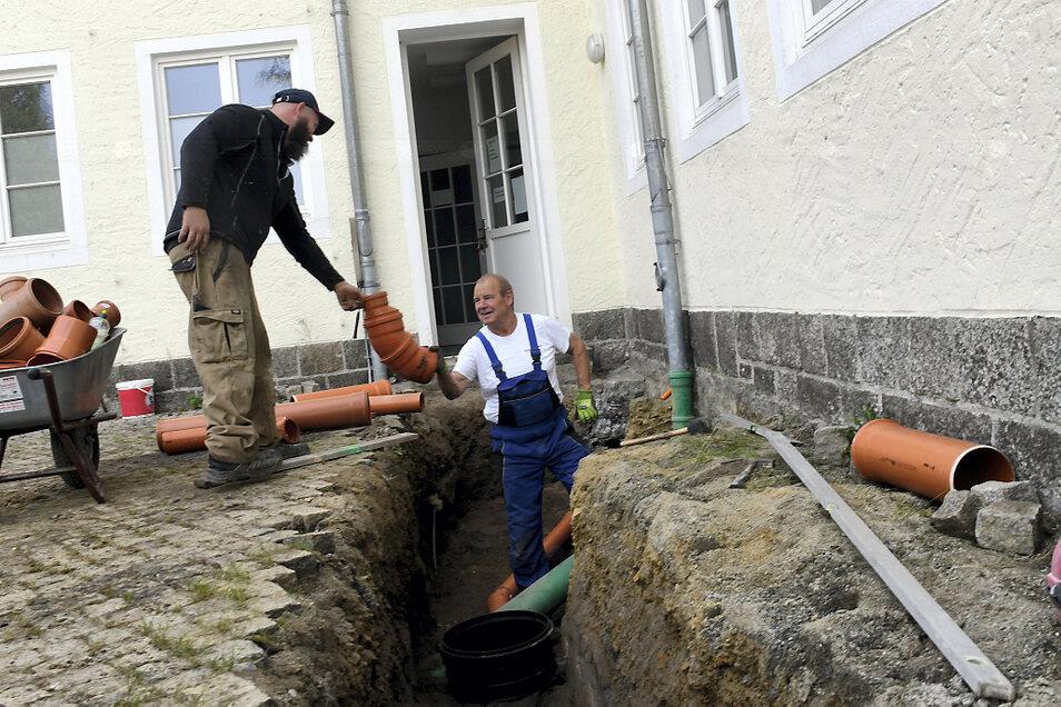 """Die Mitarbeiter der Firma von Detlef Wolsch aus Weißwasser verlegen an der Kita """"Ulja"""" eine neue Abwasserleitung."""