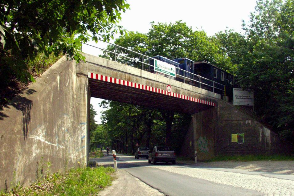 Diese Brücke über die S 95 zwischen Wittichenau und Oßling sollte dem geplanten Straßenneubau ein paar Meter weiter links weichen. Das Bild entstand am 30.6.2001.