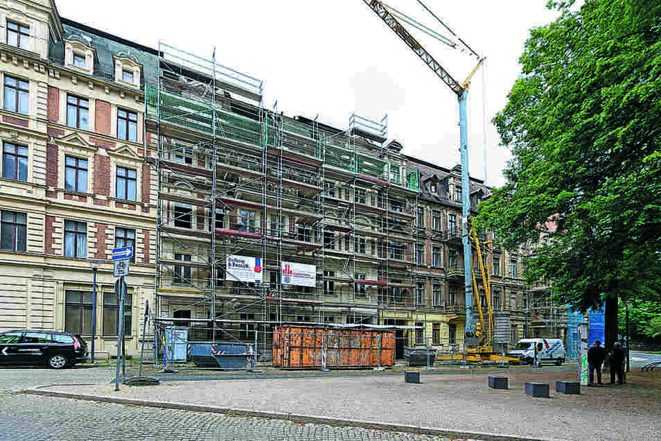 Die Kommwohnen-Häuser Leipziger Straße 19, 20 und 20 a nehmen fast die gesamte Platzseite ein. Nur das sanierte Gebäude links außen gehört nicht dazu.