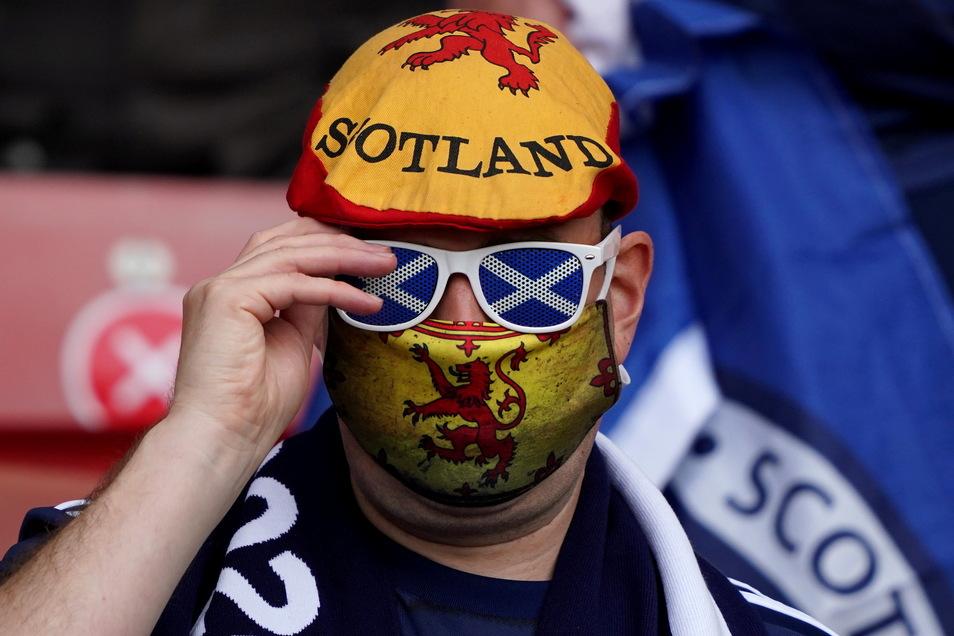 Noch glauben die Schottland-Fans an ein Weiterkommen. Und falls ihre Mannschaft doch ausscheiden sollte, dann gilt zumindest ein Motto: Wir feuern jeden an, bloß nicht England.