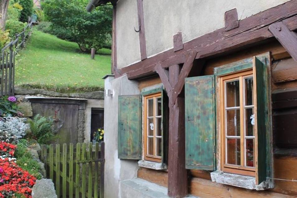 Katrin und Hartmut Gräfe aus Sebnitz haben einen Preis für die Gesamtsanierung ihres Hauses bekommen.