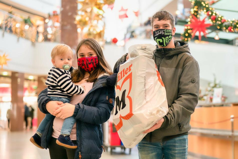 Kira Sztremi und Max Muster mit ihrem Kind kaufen am Samstag, dem letzten Shoppingtag vor dem Lockdown, Geschenke im Kaufpark Nickern ein.
