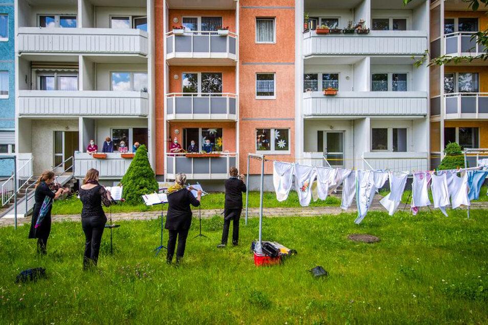 Vier Musikerinnen des MDR-Sinfonieorchesters spielen vor Senioren und Mitarbeitern einer Tagespflege in Limbach-Oberfrohna.