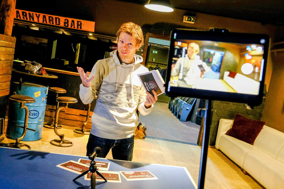 """Jugendsozialarbeiter Robert Kaiser ist Montag, Mittwoch und Freitag mit seinem VW-Bulli unterwegs, um mit Jugendlichen zu reden. Außerdem bieten er und sein Kollege Peter Heilsberg unter dem Titel """"Radibulli"""" eine kurze Sendung auf Facebook und Instagram"""