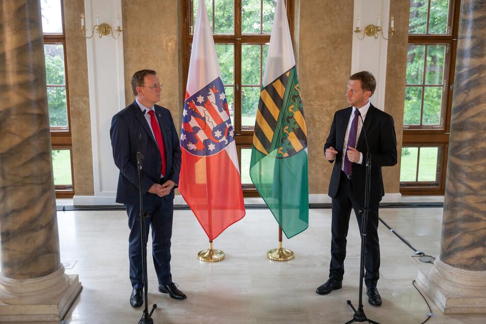 Die Ministerpräsidenten Bodo Ramelow (l.) und Michael Kretschmer traten nach der gemeinsamen Sitzung der Landesregierungen Thüringens und Sachsens vor die Presse.