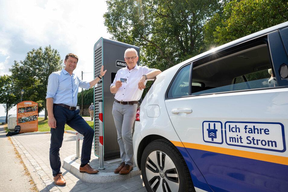 Enso-Kommunal-Chef Gunnar Schneider, Stolpens Bürgermeister Uwe Steglich (rechts) an der neuen Ladesäule: In weniger als 15 Minuten 100 Kilometer tanken.
