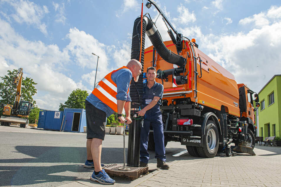 Fahrer Kay Likuski demonstrieren das Einbringen des Saugrohres der neuen Kehrmaschine für die Reinigung von Regenwasserkanälen in der Stadt. Am Donnerstag wurde das neue Gerät geliefert.