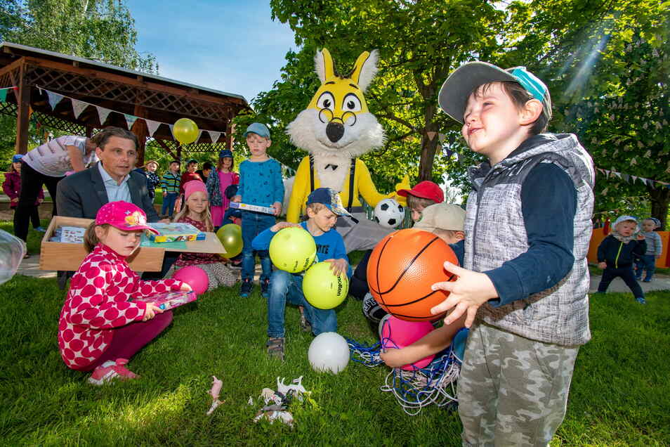 Stadtwerkechef Gunnar Fehnle (links) und das Maskottchen des Energieversorgers haben den Kindern der Kita Zwergenland in Lüttewitz Spielzeug gebracht. Es ist der Ersatz für ausgefallene Feste.