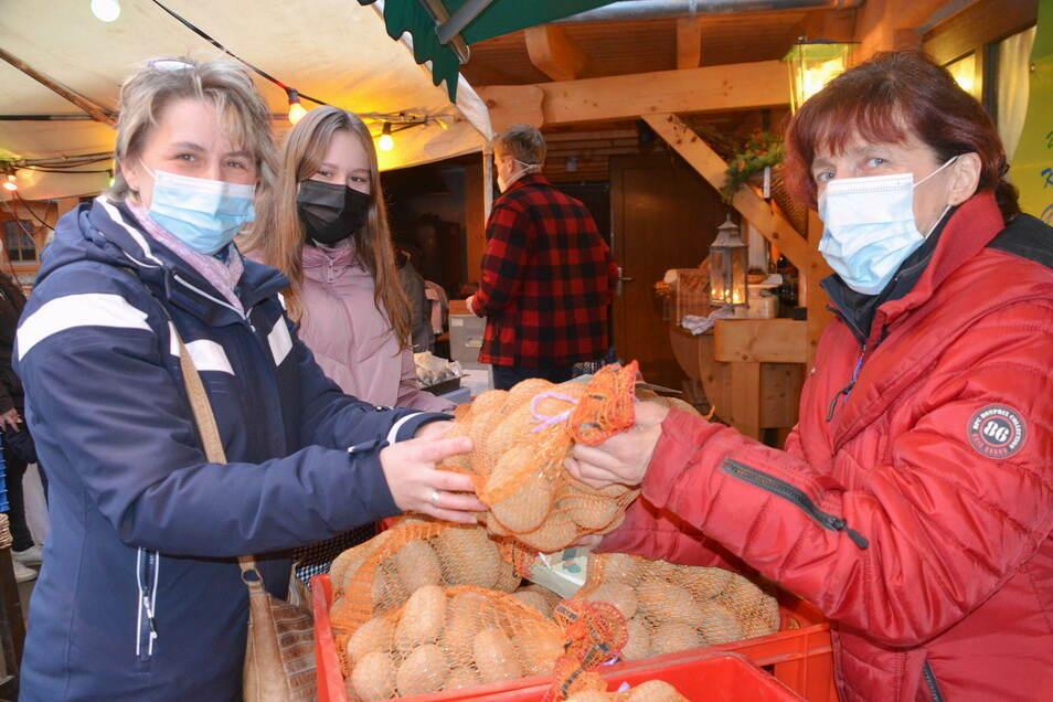 Sabine Vetter (rechts) verkauft zwölf selbst angebaute Sorten Kartoffeln. Martina Rohne und Tochter Linda aus Markersdorf greifen da gerne zu.