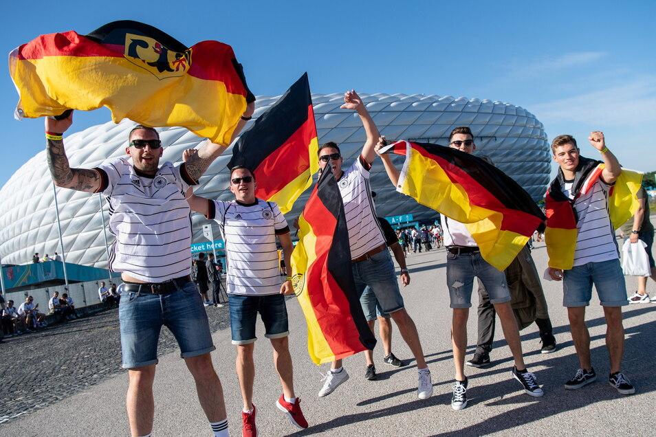 Fans der deutschen Mannschaft feiern vor Anpfiff des ersten EM-Spiels der Deutschen vor dem Stadion. Beim zweiten Spiel sollen drinnen die Maßnahmen wie Masken verstärkt werden.
