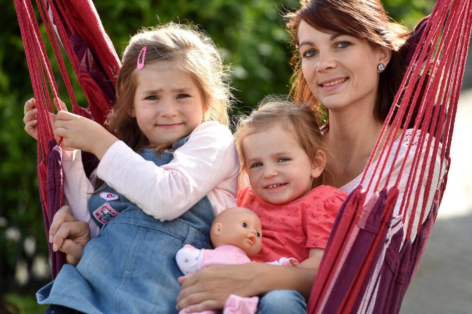 Die siebenjährige Mara (links) mit ihrer Mutter Sabrina und ihrer kleinen Schwester Mia in Leuba.