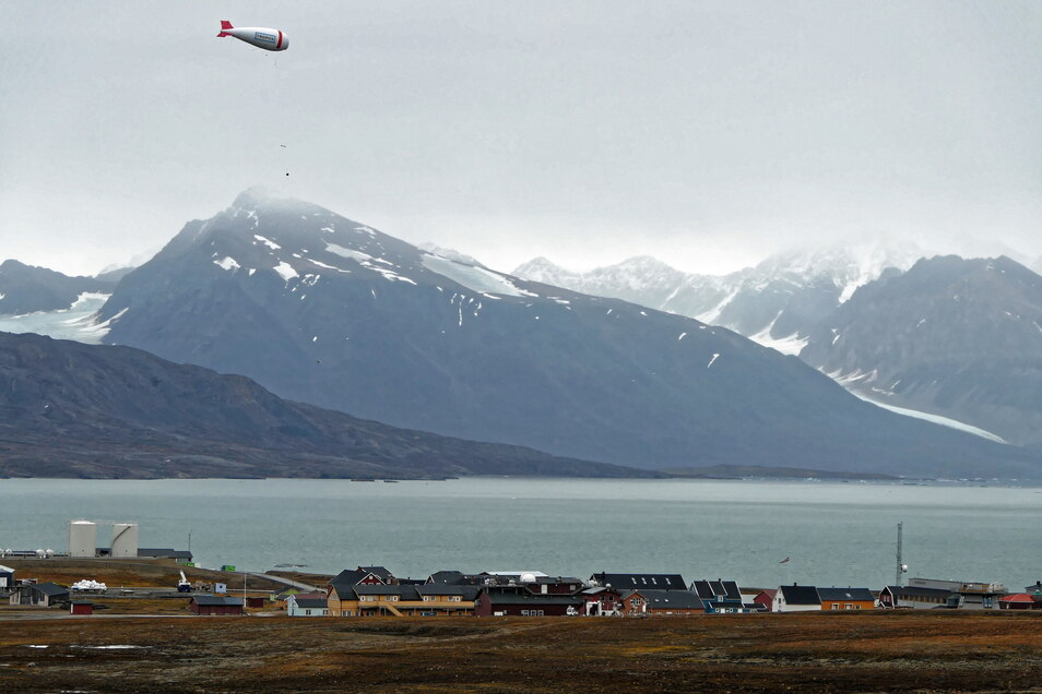 Der Leipziger Fesselballon schwebt mit seiner wissenschaftlichen Nutzlast über Spitzbergen.