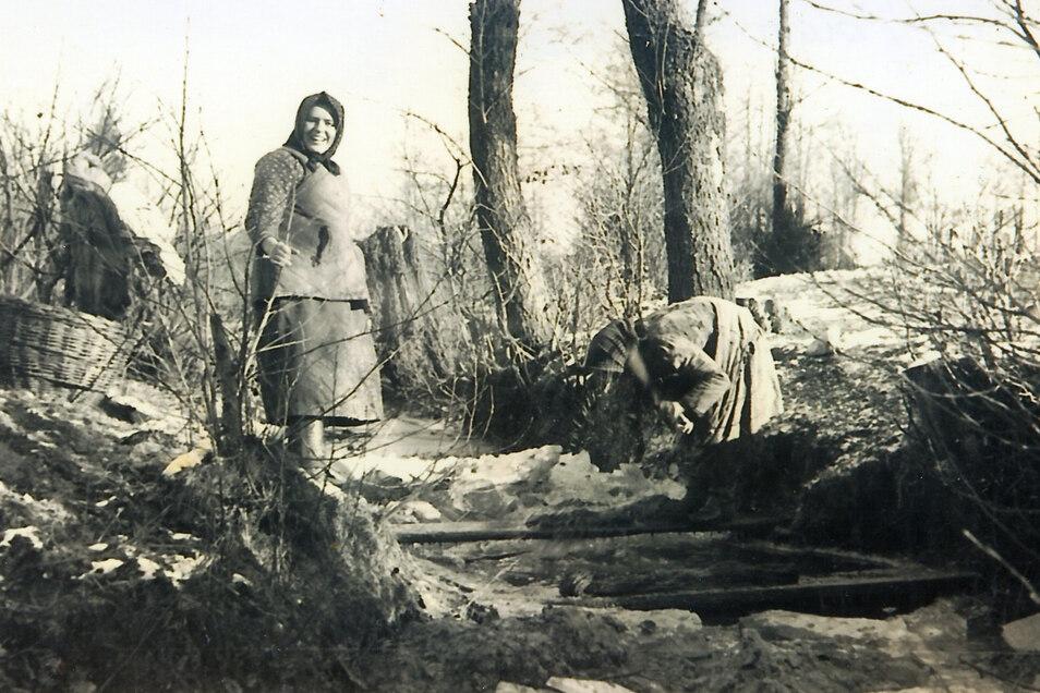 """""""Freundliche Leute."""" Marcel Weise fotografiert 1939 in Polen Bauersfrauen beim Waschtag am Dorfbach."""