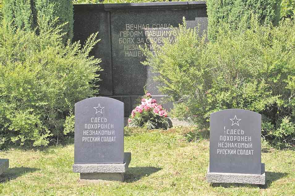 """Viele Gefallene konnten nicht mehr identifiziert werden. Zahlreiche Steine tragen deshalb die Aufschrift """"Unbekannter Soldat""""."""