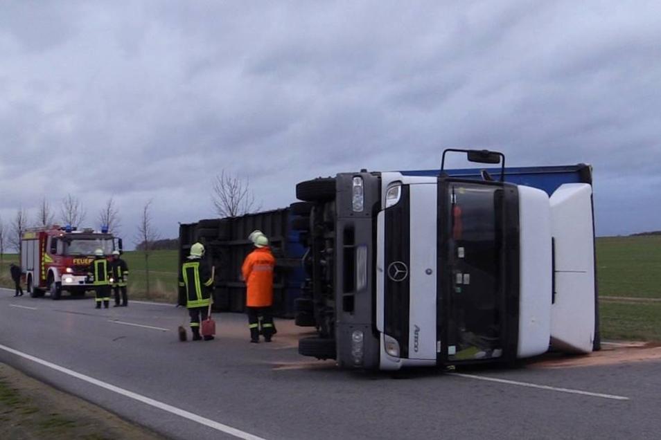 """Ausläufer des Orkantiefs """"Xaver"""" haben auch in Sachsen Schäden angerichtet. Auf der Staatsstraße 106 bei Dreistern hat eine Sturmböe sogar einen Lastwagen umgeworfen."""