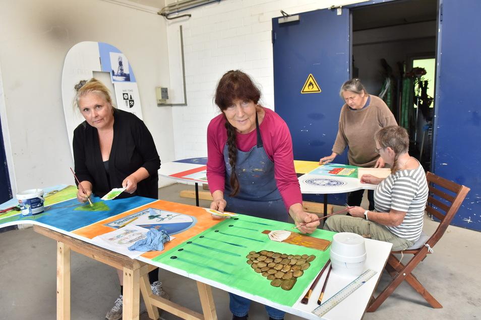 Angelika Sorg (re. vorn), Petra Langer-Molitor (li.), Elke Boschke (hinten,re.) und Christa Donner bereiten eine Performance für den Kunsthandwerkermarkt vor.