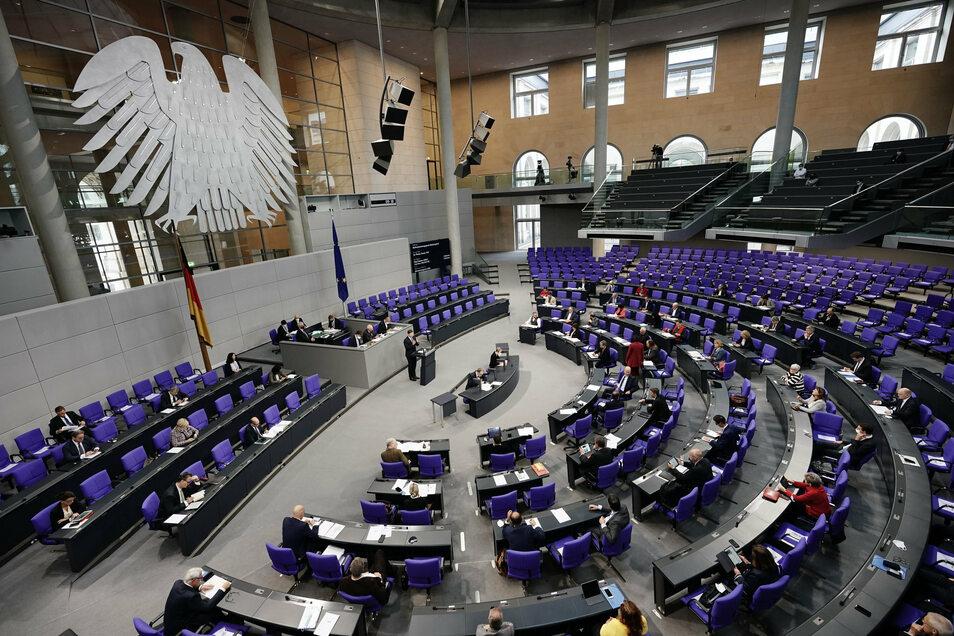 Mit derzeit 709 Abgeordneten liegt der Bundestag weit über der Normgröße von 598 Sitzen. Eine Wahlrechtsreform soll verhindern, dass die Zahl der Mandate weiter steigt.