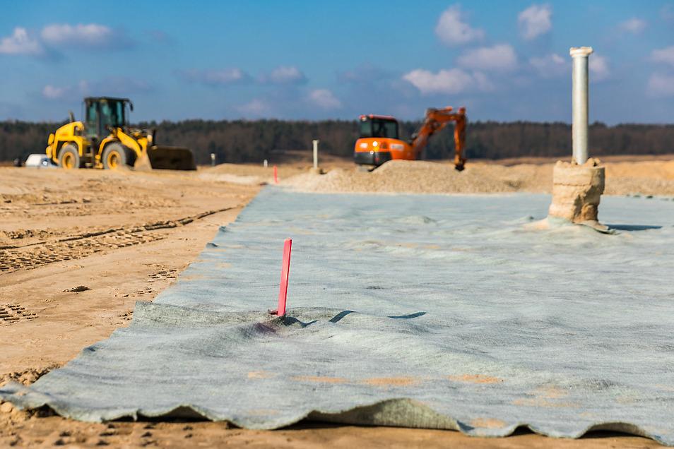 Auf einem der Versuchsfelder wurden 2018 solche Bentonitmatten ausgebracht. Ob es hilft, wird man sehen, wenn es ein paar richtig nasse Jahre gibt.