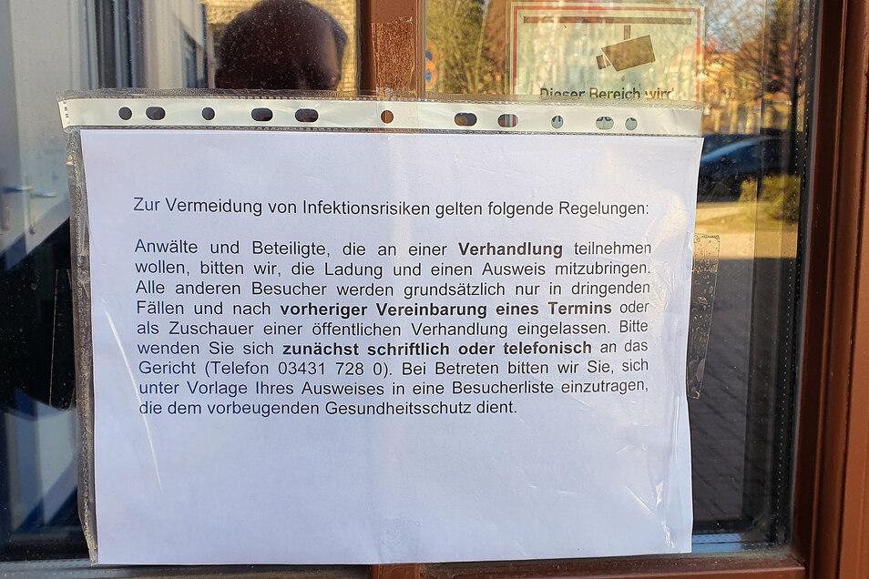 Mitteilungsblätter am Eingang des Amtsgerichts Döbeln weisen auf Vorsichtsmaßnahmen wegen der Corona-Krise hin