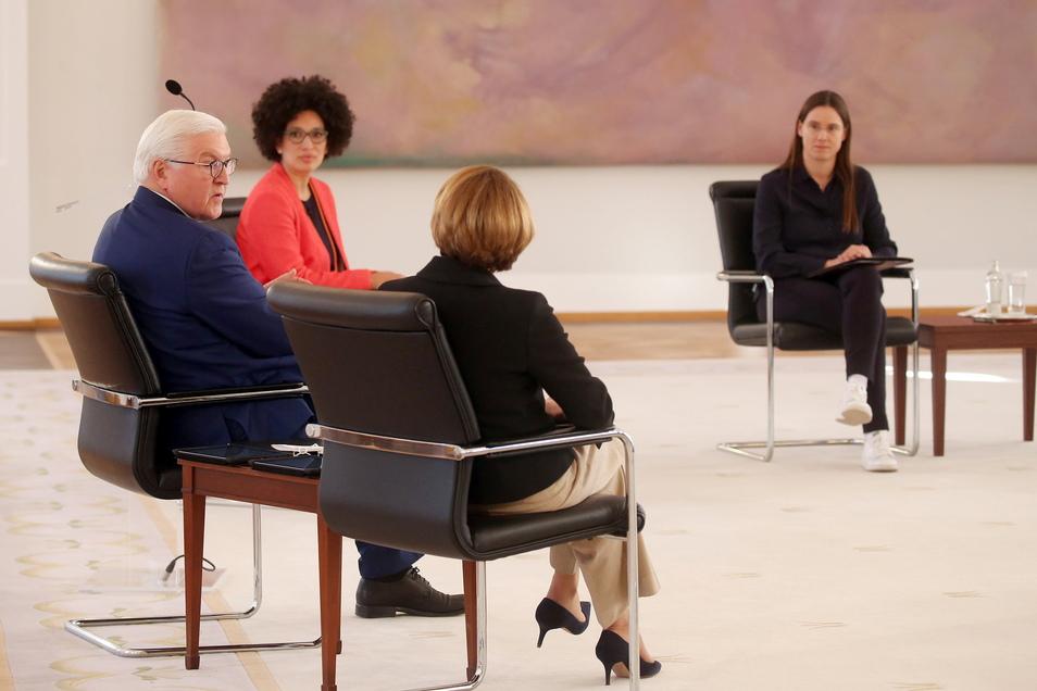 """Bundespräsident Frank-Walter Steinmeier und seine Frau Elke Büdenbender nahmen im Schloss Bellevue an der Veranstaltung """"Digitalisierung ist weiblich!"""" teil."""