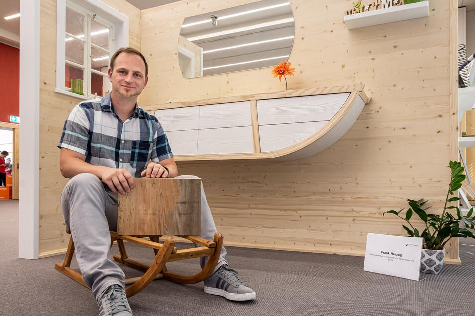 Frank Herzog kommt aus einer wintersportbegeisterten Familie. So lag es für den Oberlausitzer nahe, eine Kommode in Schlittenform zu bauen.