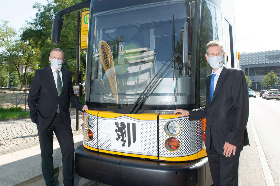 Die DVB hat eine Straßenbahn mit einem Mundschutz bekleben lassen.