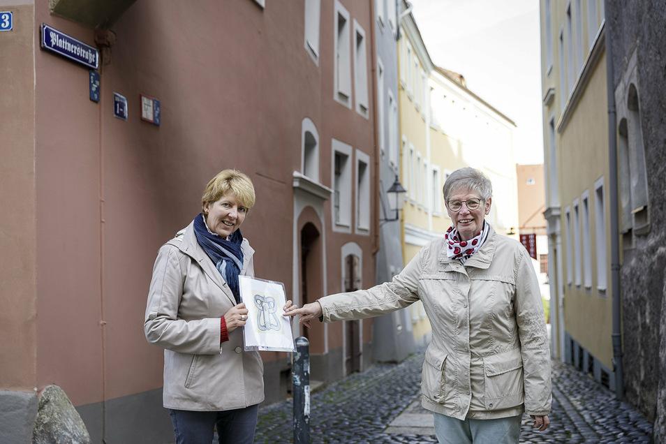 Karina Thiemann (li.) und Gudrun Burghard auf der Görlitzer Plattnerstraße. Auf ihren Führungen zeigen sie auch, wie mittelalterliche Keuschheitsgürtel, die in dieser Straße angefertigt wurden, aussahen - und zwar für beide Geschlechter.