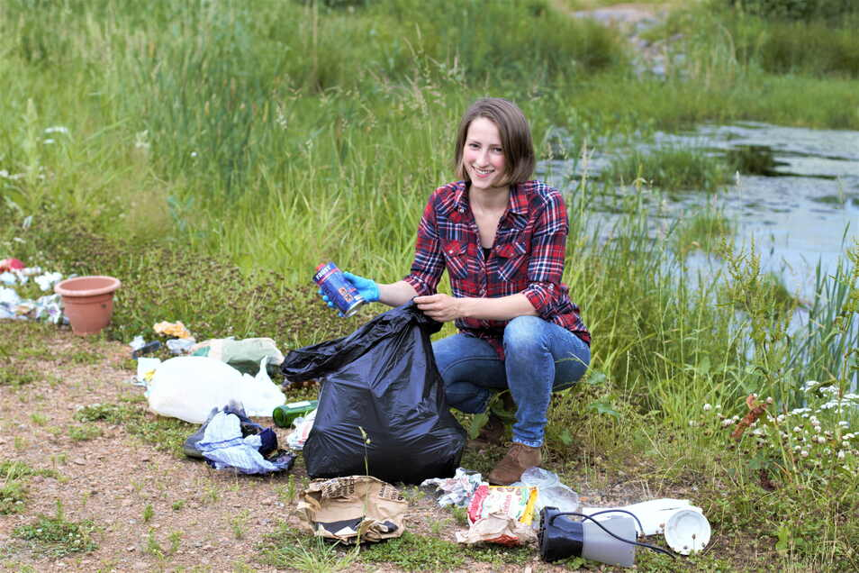 So wie diese junge Frau sollen die Mittelsachsen am 18. September mit anpacken, illegal entsorgten Müll einsammeln und an einer von 150 Sammelstellen im Landkreis abgeben.